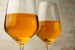 Os vinhos de cor laranja são especiais desde a maneira como são produzidos até o momento de sua apreciação, e têm despertado a curiosidade dos enófilos