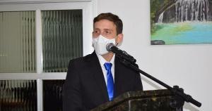 O político de 36 anos testou positivo para a doença nesta segunda-feira (8). Segundo a administração municipal, ele segue trabalhando em isolamento domiciliar