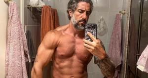 Apresentador decidiu mostrar os músculos definidos em foto sensual no Instagram depois de ter sido flagrado em praia do Rio de Janeiro sem camisa