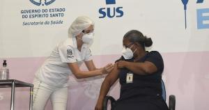 Aos 55 anos, Iolanda Brito tomou a primeira dose da Coronavac nesta segunda-feira (18); ela trabalha na UTI de um hospital referência para a Covid-19 no Estado