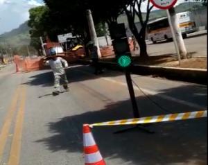 Durante uma escavação do serviço de abastecimento de água, uma tubulação de gás foi perfurada e a via precisou ser interditada para o reparo