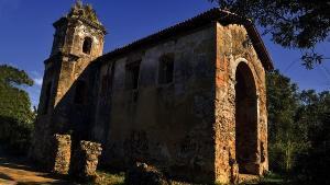 As ruínas da Igreja Nossa Senhora de Belém estão localizadas às margens da BR 101, em Viana, no alto de uma colina. Ensaio fotográfico revela a condição de abandono do sítio