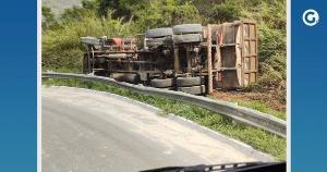 Populares relataram aos militares que o motorista pulou do caminhão, que teria passado por cima de suas pernas, capotando em seguida na manhã desta terça-feira (14)