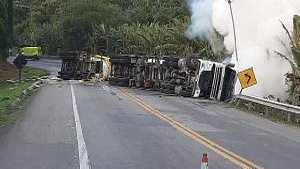 A rodovia federal foi totalmente fechada na tarde desse domingo (18) após o tombamento de uma carreta que transportava água oxigenada; a via foi liberada às 17h30 desta segunda-feira (19)