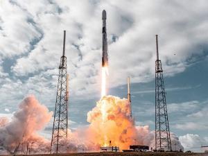 Falcon 9 foi o primeiro foguete a ser lançado e a aterrissar na vertical. Feito representa uma significativa transformação na economia do voo espacial