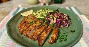 Embora a receita seja uma mistura deliciosa de influências da Alemanha (schnitzel) e do Japão (tonkatsu), o sabor é bem brasileiro