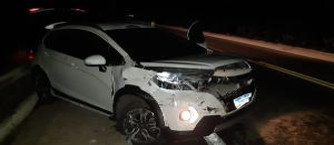 Na fuga o motorista entra diversas vezes na contra-mão, faz ultrapassagens arriscadas e só para depois de perder o controle da direção e bater em uma proteção na lateral da pista
