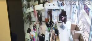 Com uma arma, ele rendeu clientes do salão de beleza na Praia do Suá e levou também celulares, relógios e dinheiro