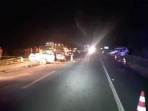 De acordo com a PRF, os dois carros bateram de frente. O motorista da caminhonete morreu no local. O condutor do outro veículo foi socorrido e levado para o hospital com ferimentos leves