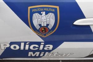 Dois atiradores invadiram uma casa em Campo Acima e atiraram várias vezes contra a vítima na noite de segunda-feira (12). Eles fugiram e não foram localizados pela polícia