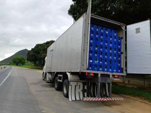 A abordagem foi feita no km 251, na Serra, e durante a vistoria os policiais constataram que a carga de 19.200 litros da bebida estava sem a documentação