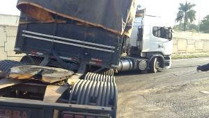 De acordo com informações da Polícia Rodoviária Federal, a pista lateral sentido sul ficou totalmente bloqueada devido ao veículo com defeito