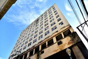 O Edifício Getúlio Vargas, no Centro de Vitória, em desuso há anos, seria transformado em moradia popular para mais de 100 famílias. Ausência de recursos para tocar a reforma e o fim do prazo da cessão fez com que a AHabitaes o devolvesse à União