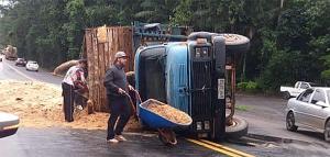 Segundo informações da Polícia Rodoviária Federal (PRF), o acidente ocorreu por volta das 17h15 . A carga do caminhão ficou toda espalhada na pista