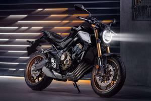 Com garantia de três anos e assistência 24 horas durante o período, a motocicleta é oferecida nas cores azul, vermelho e prata
