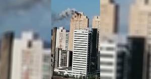 Segundo o Corpo de Bombeiros, o superaquecimento do motor de um ar-condicionado foi o que causou o fogo. Moradores vizinhos se assustaram com a situação, mas ninguém ficou ferido
