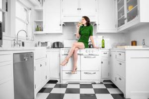 Muitas mulheres se sobrecarregam porque acreditam que o marido ou os filhos, pais, facilitadores do lar, não são capazes de fazer as tarefas do mesmo nível de excelência