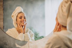 Dissolver o xampu e condicionar em água, escovar os fios das sobrancelhas e usar óleo corporal são alguns dos cuidados que você pode ter em casa