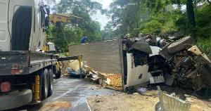 O acidente aconteceu na noite desta quinta-feira (21), e a PM informou, na tarde desta sexta (22), que a rodovia já foi liberada. O motorista ficou ferido