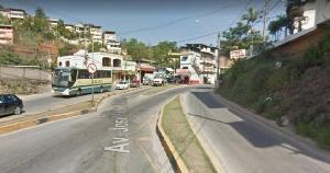 O entregador foi atingido por um carro no cruzamento do bairro Jardim América e ficou ferido. O local é o mesmo onde outro motoboy, Alexandre Marinho, de 26 anos, foi atingido por um carro e morreu na última sexta-feira (26)
