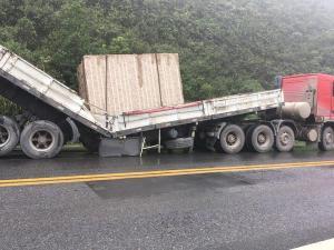 O veículo, com placas de Castelo, ocupa o acostamento e parte de uma das pistas, no sentido Minas Gerais. Apesar disso, o local está sinalizado e o trânsito segue normal