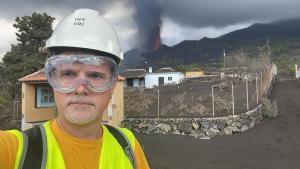 Mistura de gás quente com matéria vulcânica, cinzas e fragmentos de rocha, incrivelmente quente, são lançadas a longas distâncias pelo vulcão Cumbre Vieja, em La Palma