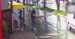 Segundo a Polícia Civil, o jovem de 21 anos foi atingido por quatro disparos e foi encaminhado para o hospital com ferimentos, os autores ainda não foram encontrados