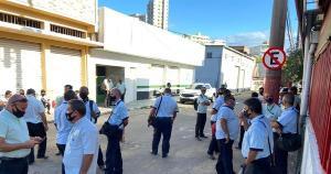 O protesto começou nesta quarta (14) e continua nesta quinta (15). Motoristas e cobradores reclamam de atraso no pagamento dos salários e, por isso, não estão saindo com os coletivos das garagens