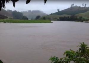 Rio que corta o município do Caparaó transbordou causando alagamentos. Em Iúna uma tromba d'água alagou casas neste domingo (07)