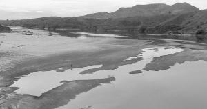Se a falta de chuvas é tratada como um elemento imponderável nesse processo, mesmo que as mudanças de padrões climáticos possam ser combatidas em um esquema global, é fato que o Rio Doce padece também com ações demasiadamente humanas