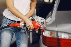 Desde o início do ano, o preço do combustível foi reajustado três vezes com aumento de 22% no valor; em algumas cidades, o litro da gasolina ultrapassa R$ 5