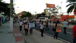 Trabalhadores da categoria foram às ruas na tarde desta segunda-feira (12) para pedir o retorno aos postos de trabalho. Manifestação teve início na Avenida Vitória, na Capital, e seguiu em direção ao Centro.