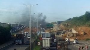 De acordo com a PRF, um grupo de manifestantes colocou fogo em pneus. O ato acontece no km 293, próximo ao bairro Santana, e interdita o trânsito no sentido Cariacica.