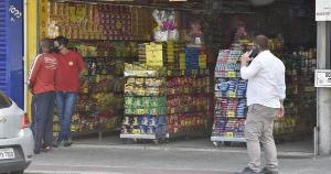 A partir desta segunda-feira (5), comércio de rua e shoppings podem funcionar em três dias da semana nos municípios classificados no nível extremo de transmissão da Covid-19