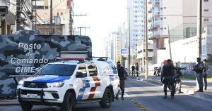 O homem, que não teve o nome divulgado, foi autuado em flagrante pelos crimes de tentativa de feminicídio e por posse ilegal de arma de fogo de uso permitido e encaminhado para o Centro de Triagem de Viana