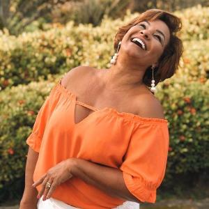 Atriz de 63, que interpretou personagens como 'Dona Jura', fica no Rio de Janeiro, enquanto marido e filho foram para Pernambuco