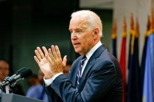 Biden afirma que a China rejeita pedidos de transparência e segura informações, enquanto o número de vítimas da pandemia continua a subir