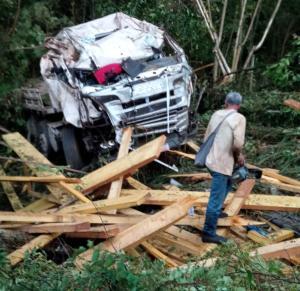 Caminhão que transportava madeiras capotou às margens da ES 166, no interior de Castelo, durante a madrugada desta sexta-feira (11)