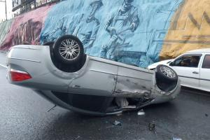 Depois do acidente, o motorista deixou o carro e o veículo ficou abandonado na pista. Após o capotamento, a Polícia Rodoviária Federal (PRF) foi ao local para sinalizar o local.