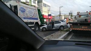 O acidente aconteceu na Avenida Abdo Saad, na ES 010; a dianteira do carro ficou destruída e o carona também se feriu. O motorista do caminhão de lixo fez o teste de bafômetro, que deu positivo
