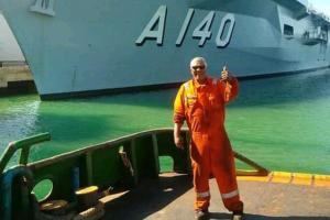 Dois tripulantes foram resgatados nesta segunda-feira (2) após passarem várias horas no mar. Embarcação seguia para o Porto de Açu, no Norte do Rio de Janeiro