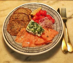 Sabe aquelas fatias de salmão fininhas, levemente salgadas, normalmente servidas com pão e creme azedo nas delicatéssens? Veja como fazer em casa