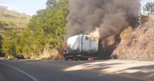 O acidente foi nesta quinta-feira (20) e, segundo o motorista, quando ele percebeu, já havia bastante fumaça no interior do baú