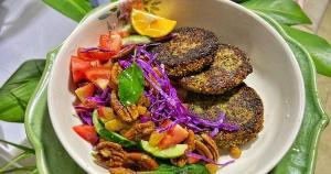 Gosta de falafel? Então experimente essa versão mais incrementada do bolinho, ótima para acompanhar saladas com texturas