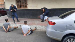 Câmera flagrou os criminosos fugindo de carro nesta terça-feira (2); pela placa, a Guarda Municipal localizou o veículo em Nova Palestina