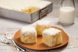 Também como conhecido como toalha felpuda, o bolo é molhadinho, refrescante, simples de fazer e repleto de sabores de infância
