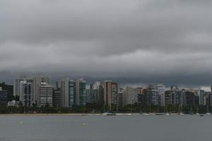 Nesta sexta-feira (15), a tendência, de acordo com o Incaper, é de sol entre nuvens e chuva rápida pela manhã e no final da noite. O fim de semana segue com previsão de muitas nuvens