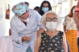 De acordo com a médica infectologista Rúbia Miossi, um primeiro ponto de reflexão está na quantidade de vacinas disponíveis, que é muito inferior ao número de pessoas que vivem no Espírito Santo