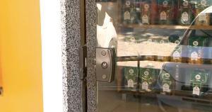 A porta de vidro, na entrada do estabelecimento, foi danificada e uma pequena quantia em dinheiro e um aparelho de celular foram levados. A Polícia Civil informou que é necessário que o caso seja formalizado em uma delegacia para que haja investigação