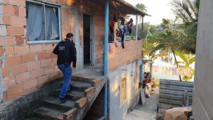 Um dos locais de buscas foi uma casa de prostituição localizada em Guriri, São Mateus, onde foram apreendidos dinheiro, drogas e uma pistola